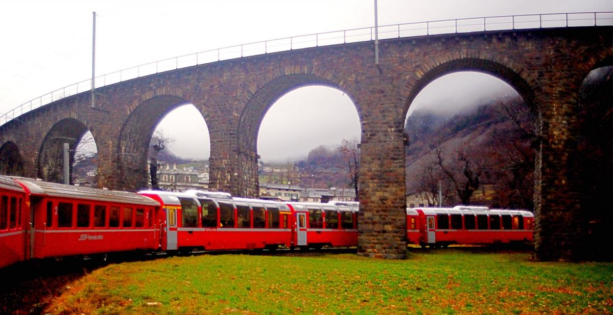 Il treno ha effettuato il tornante e passa sotto il viadotto sopra al quale era passato pochi secondi prima