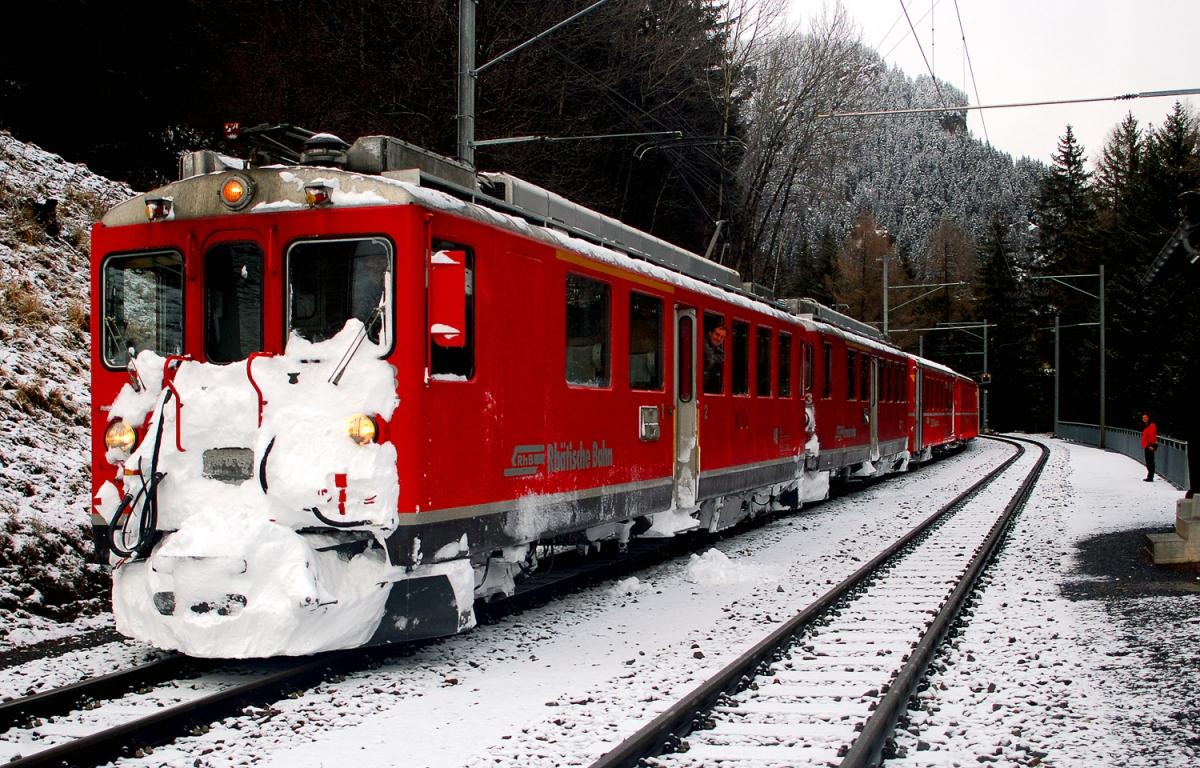 Treno fermo alla stazione d interscambio, in attesa della coincidenza dalla direzione opposta