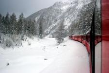 Il treno in discesa verso Tirano, riflesso nel suo stesso finestrino
