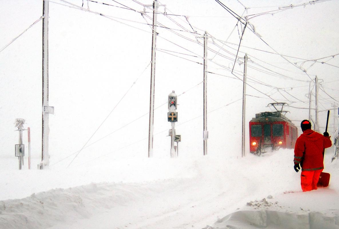 Il Bernina Express da Pontresina arriva a Ospizio Bernina sotto la tormenta, atteso da uno spalaneve