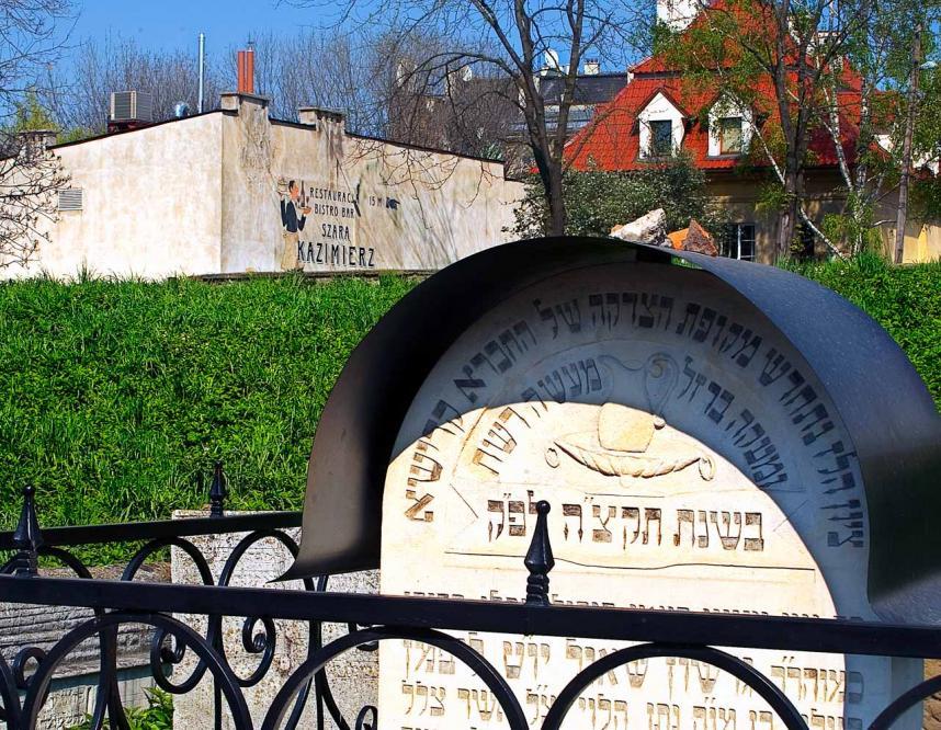 iKazimierz. Il cimitero ebraico della sinagoga Remuh confina con Ulica Szeroka e con tutti i bar e ristoranti che vi si trovano.