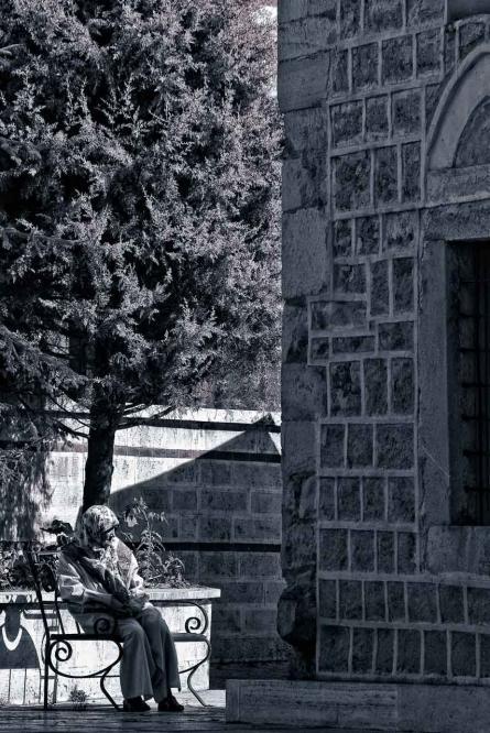 Donna davanti alla moschea