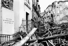 Macerie e distruzione proprio sotto la lapide che ricorda le vittime dei bombardamenti aerei del 1943, che fecero meno vittime