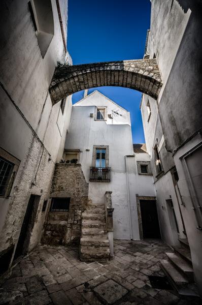 Puglia di mezzo: case bianche e lampi barocchi - Locorotondo archetto e case bianche