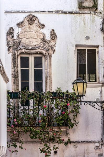 Puglia di mezzo: case bianche e lampi barocchi - Locorotondo Balcone barocco