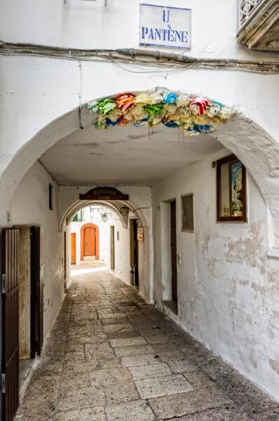 Puglia di mezzo: case bianche e lampi barocchi - Cisternino portico