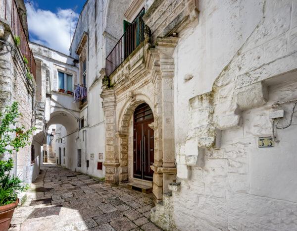 Puglia di mezzo - Cisternino case bianche e lampi barocchi