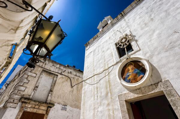 Puglia di mezzo: case bianche e lampi barocchi - Cisternino chiesa