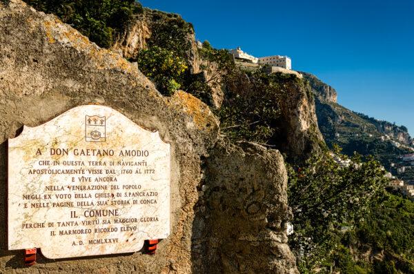 Lapide e monastero Conca dei Marini