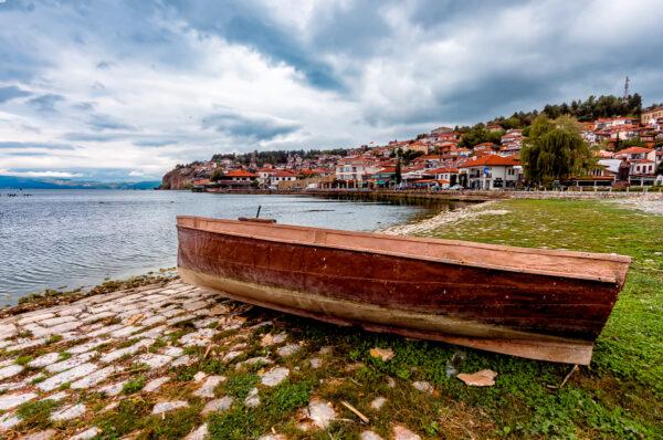 Ocrida, perla di lago. Panorama della città vecchia di Ocrida dal porto