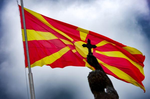 Ocrida, perla di lago. Bandiera macedone al vento