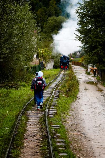 Mocanita I bambini lungo la ferrovia