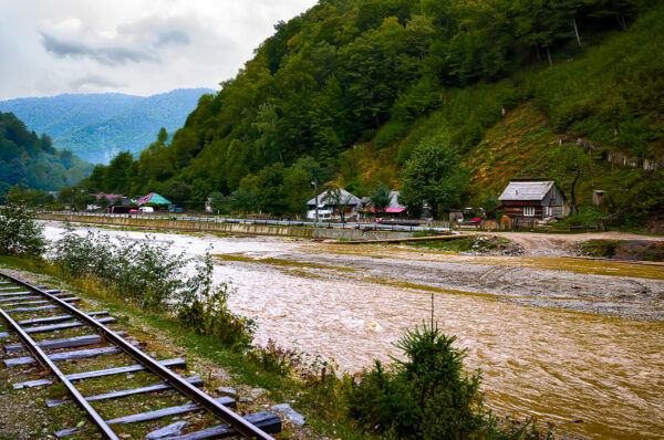 Verso Mocanita.  Mocanita linea ferrata fiume Vaser e valle