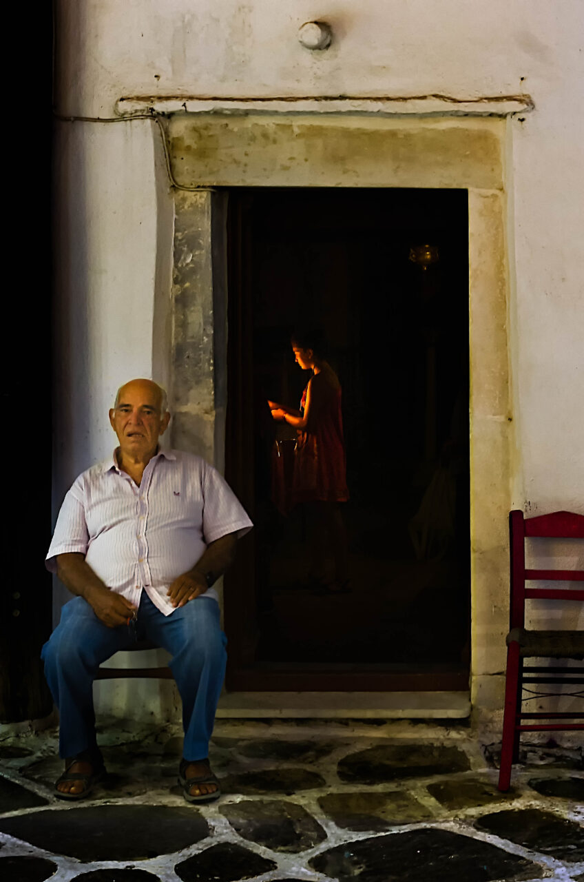 Custode di una chiesa di sera a Naoussa