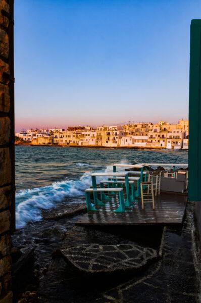 Tavolini a bordo mare a Naoussa